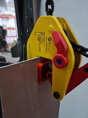 Non-Marking Vertical Clamp lifting a plate